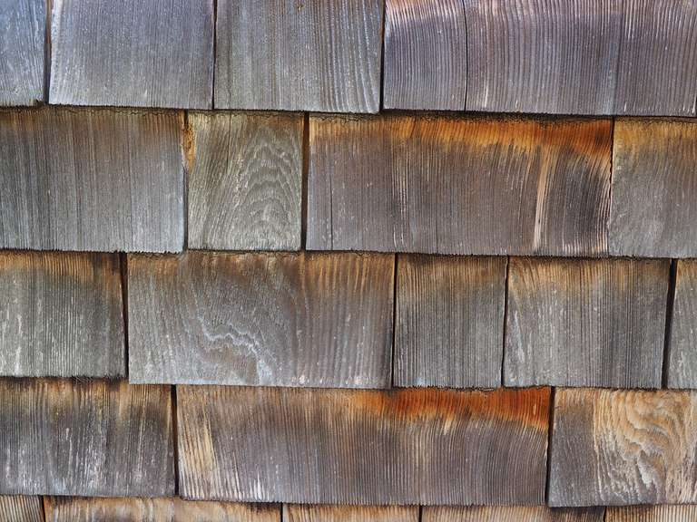 Dachschindeln aus Holz mit mächtig vielen Fliegen (hier leider nicht zu sehen)